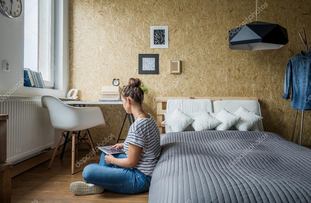 Tiener meisje in haar slaapkamer u stockfoto photographee eu