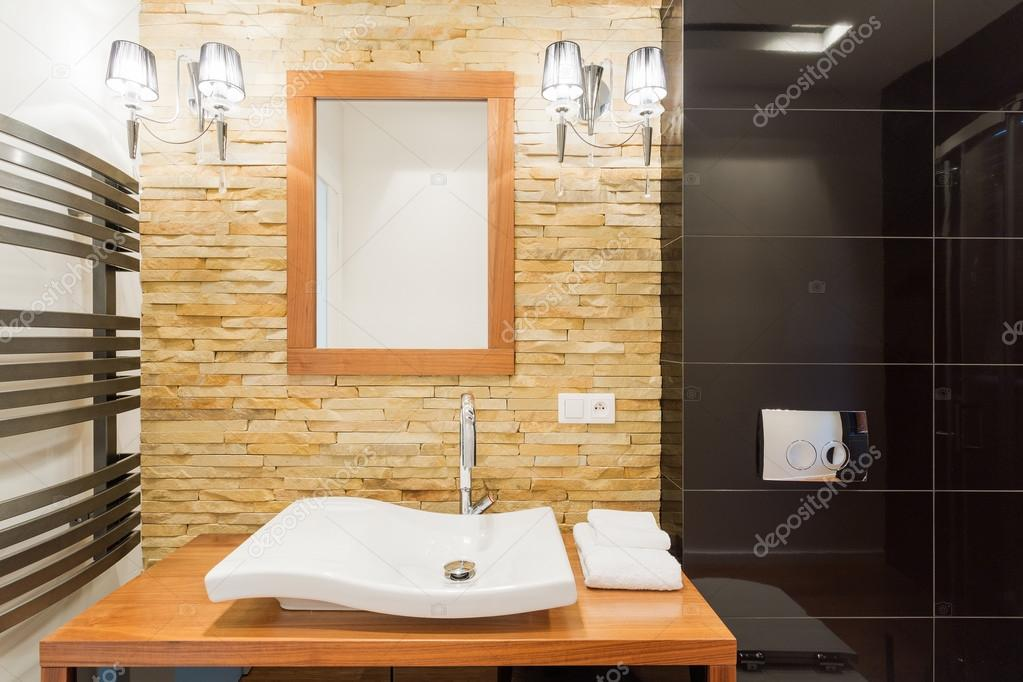 Decoratieve stenen muur in badkamer u stockfoto photographee eu