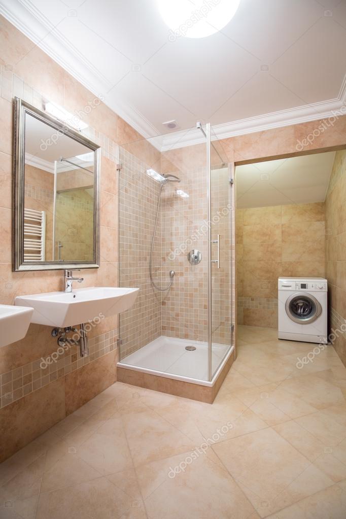 Lichte en ruime badkamer — Stockfoto © photographee.eu #85020816