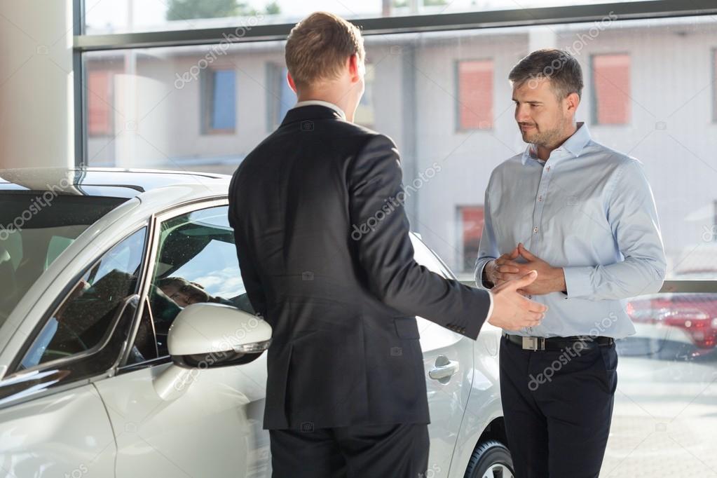 vendeur auto discuter avec le client photographie 88440272. Black Bedroom Furniture Sets. Home Design Ideas