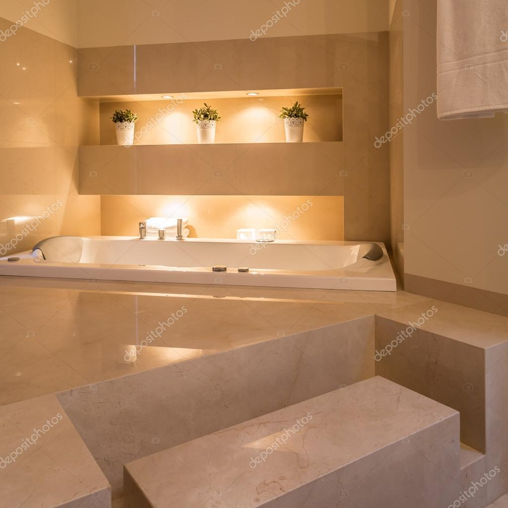 Gemütliches Badezimmer in Residenz — Stockfoto © photographee.eu ...
