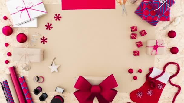 Žena balení vánočních dárků