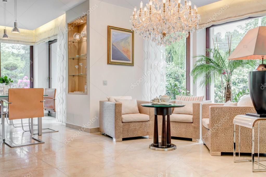 Kronleuchter Kolonial Style : Wohnzimmer mit kristall kronleuchter u stockfoto photographee eu