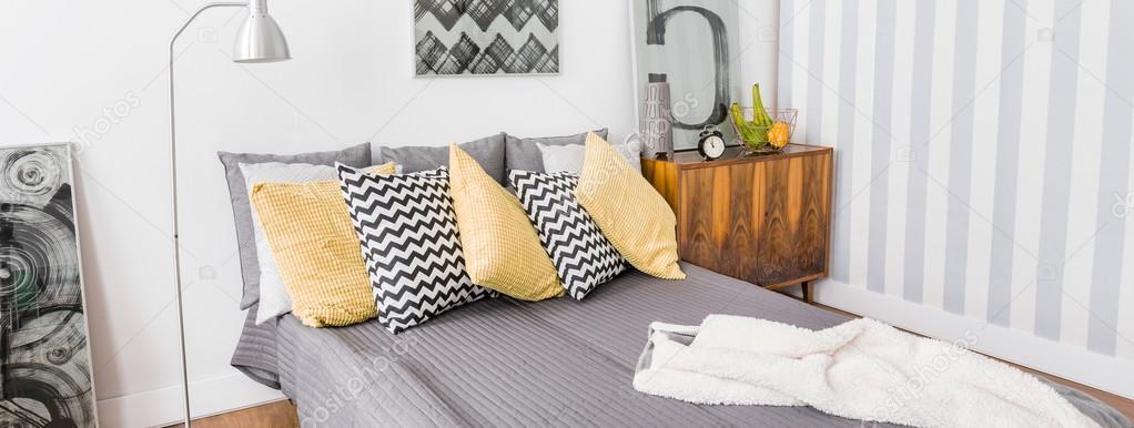 Przytulne łóżko Poduszki Ozdobne Zdjęcie Stockowe
