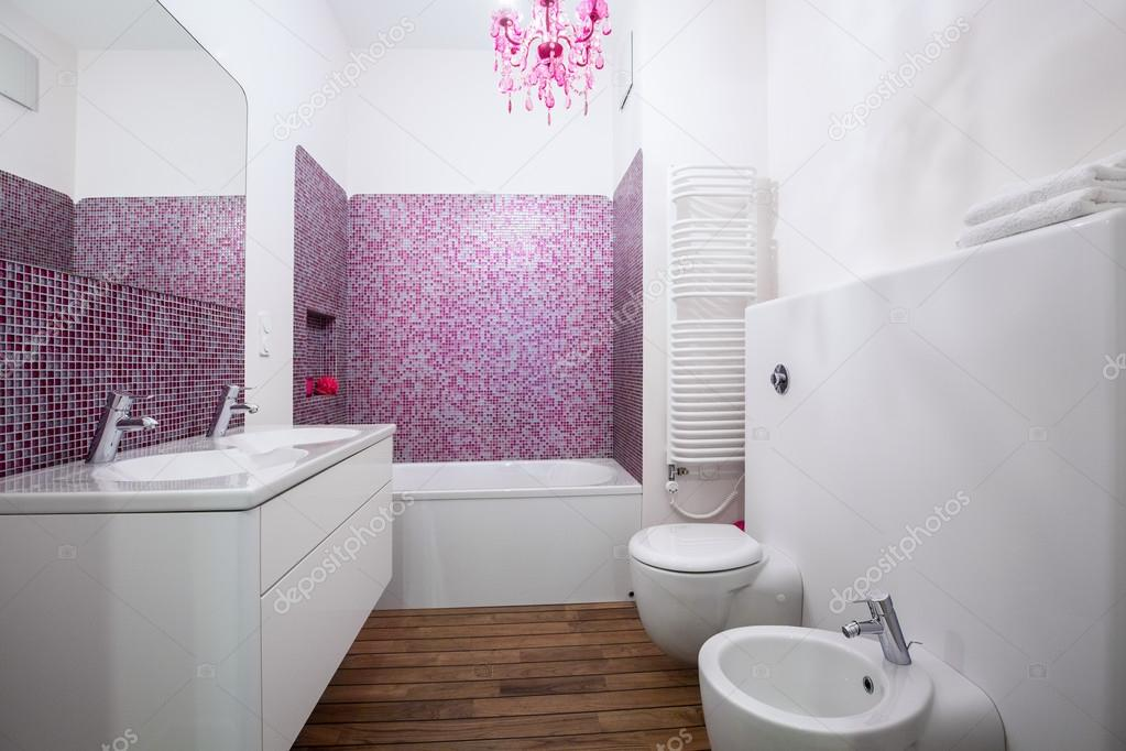 Weiße und Rosa Badezimmer Interieur — Stockfoto © photographee.eu ...