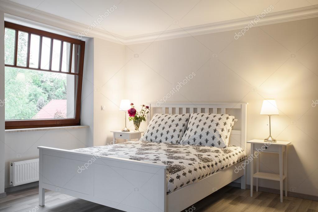 lichte en gezellige slaapkamer stockfoto
