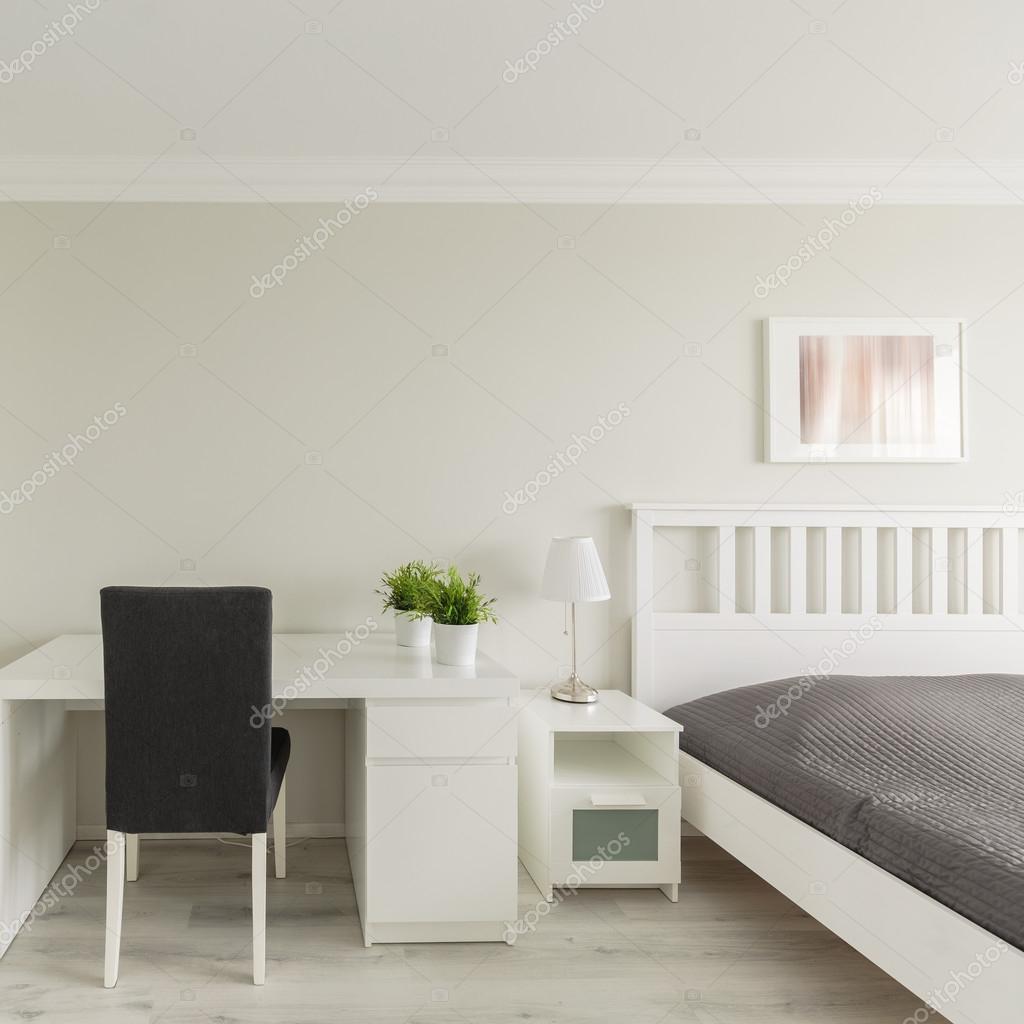 Camera da letto con zona studio — Foto Stock © photographee.eu #93107750