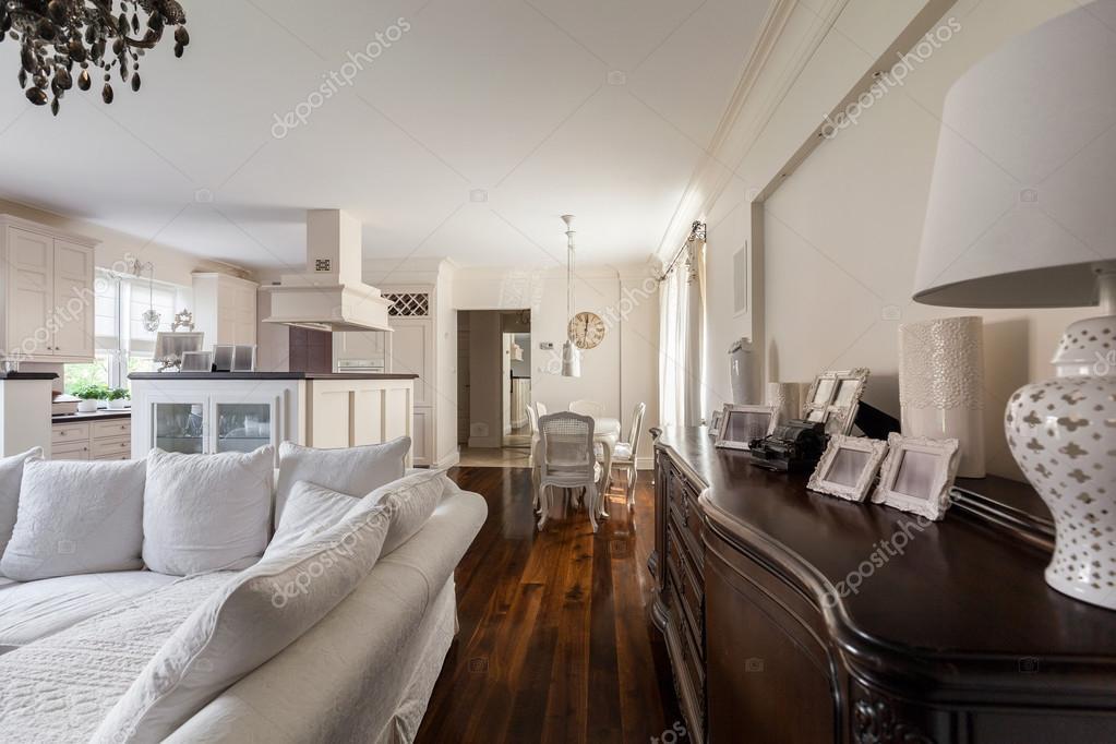 afbeelding van frans ontworpen interieur in een grote villa foto van photographeeeu