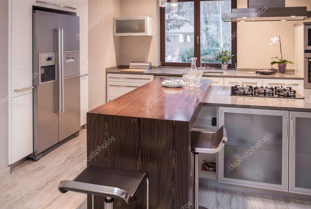 Kücheninsel in zeitgenössischen Interieur — Stockfoto © photographee ...