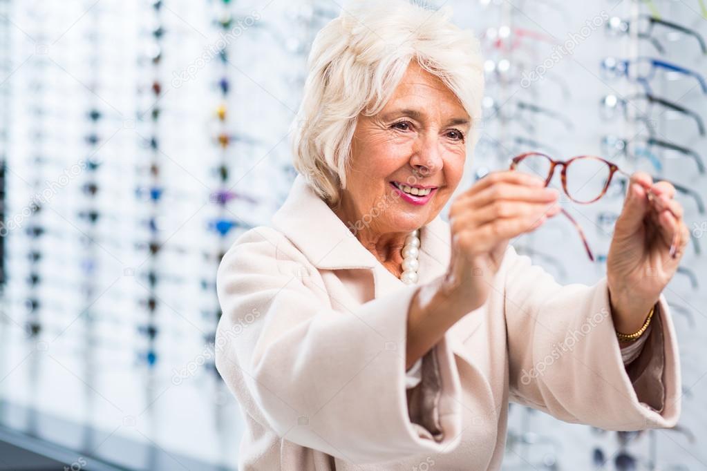 456c5fd4b8c60b Foto van inhoud oudere dame kopen nieuwe ontwerp brillen — Foto van ...