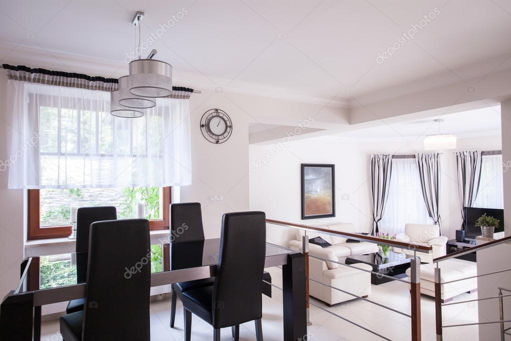 Mesa de comedor elegante interior foto de stock for Mesa de comedor elegante lamentable
