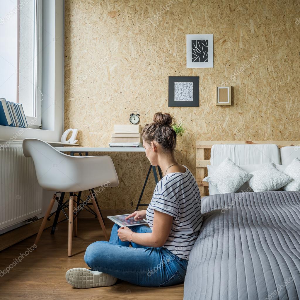 tiener meisje in haar slaapkamer stockfoto