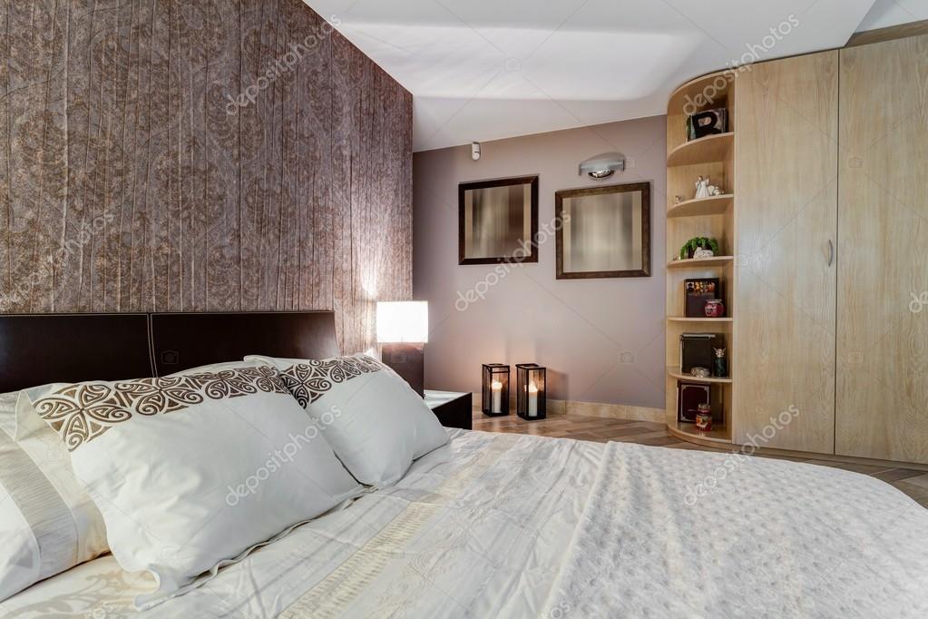 gezellige slaapkamer met oosterse accenten stockfoto