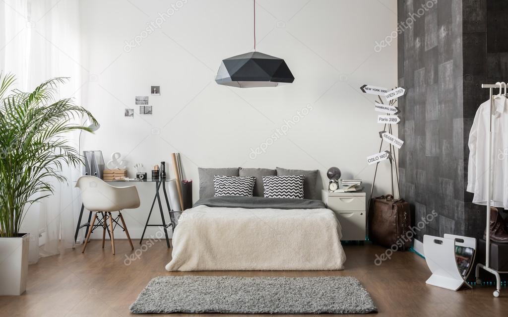 witte en grijze gezellige slaapkamer stockfoto