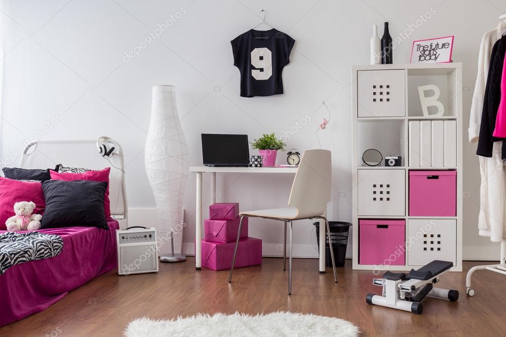 Chambre rose et blanche pour fille sportive — Photographie ...