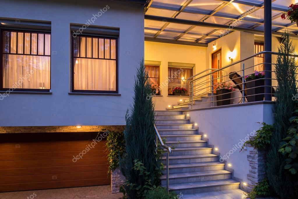 Modernas casas con escaleras exteriores fotos de stock for Escaleras exteriores