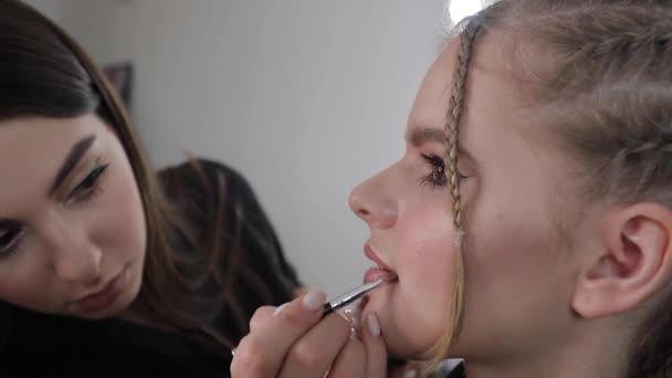 Seitenansicht des Make-up-Artist Arbeit mit schönen blonden Haaren Modell. Blog der Maskenbildnerin. Nahaufnahme