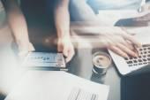 Finanszírozza a befektetési munka folyamatát. Kép nő mutatja üzleti jelentés modern tabletta, diagram képernyőjén. Bankár férfit tartó jelek dokumentum, vita Startup ötlet. Vízszintes. film és bokeh hatása