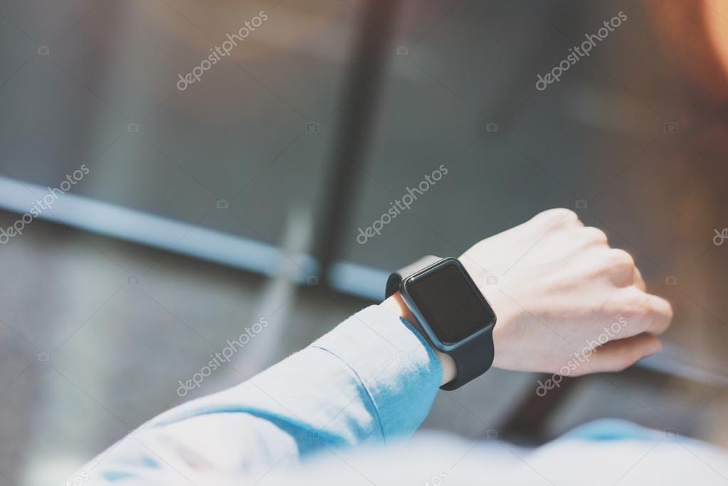 Girl godendo generico Design intelligente Watch.Looking schermo  Smartwatch.Using tempo libero gestione di lavoro. Mockup orizzontale.  Sbavate sfondo. 64f454880708