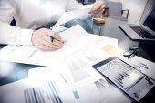 Értékesítés-kezelési munkaidő Process. fotó bankár működő piaci Jelentésdokumentumok megható képernyő Tablet. using grafika, tőzsdék jelentések. üzleti projekt Startup. vízszintesen,
