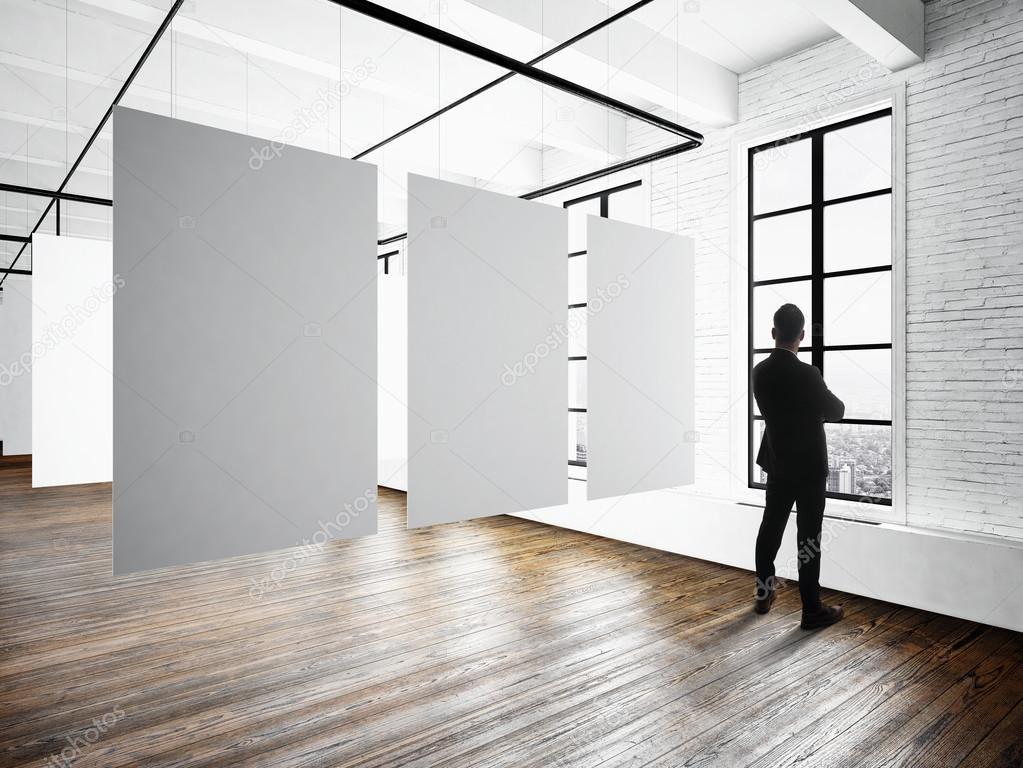 Uomo d 39 affari moderno museo expo soppalco interno studio - Finestre in legno gia pronte ...