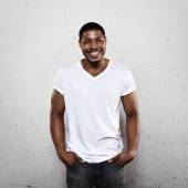 Photo Smiling young man in white t-shirt