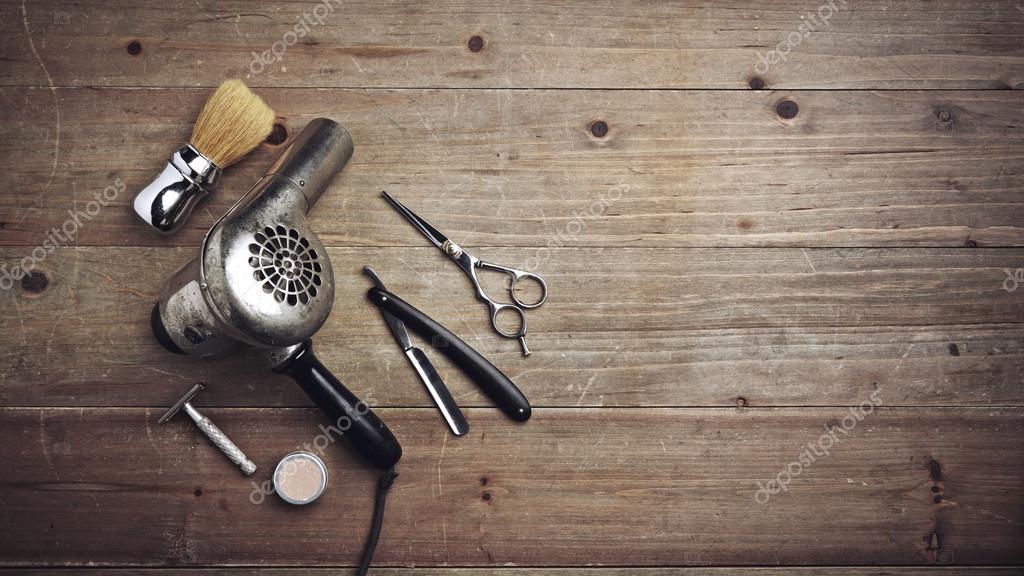 Equipamento De Barbeiro Vintage Na Mesa De Madeira