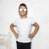 Fényképek Szemüveg fiú áll egy háttér