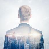 Doppelbelichtung Porträt eines Geschäftsmannes sucht Stadtbild