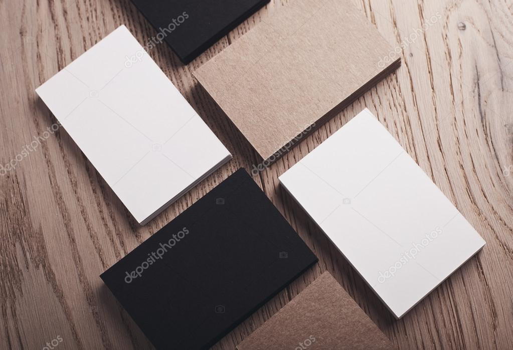 Closeup Blanc Noir Et Lartisanat De Cartes Visite Sur Une Table En Bois Naturelle Image Kantver