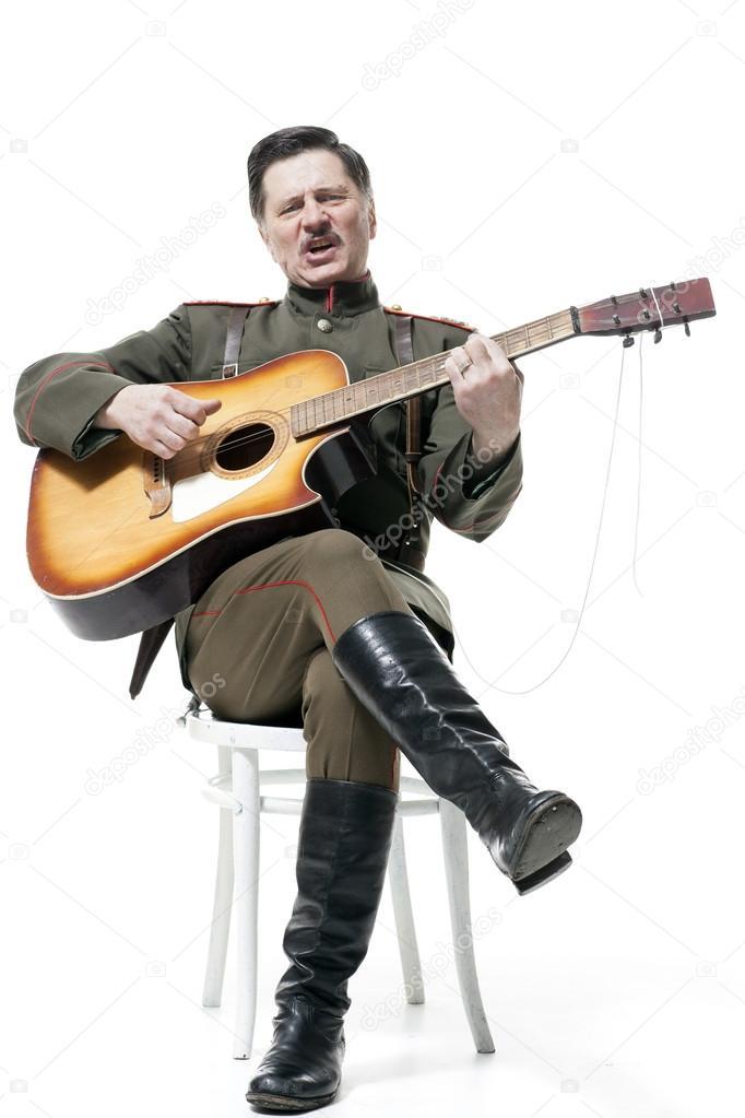 белый офицер с гитарой фото из кино оригинальной нарезки
