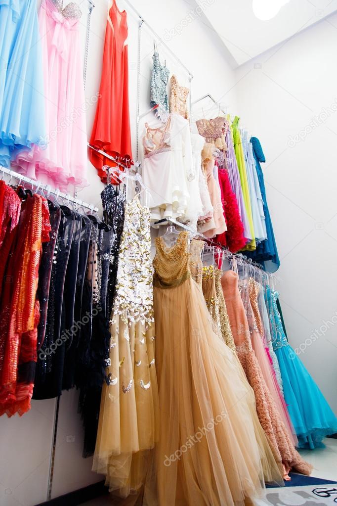 5138672530b2 Вечерние платья на вешалках в магазине. Фото  дизайн вечерних платьев —  фото автора GeniusKp — Фото автора GeniusKp