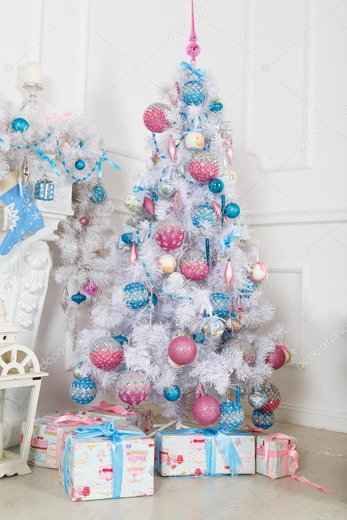 Albero Di Natale Rosa.Albero Di Abete Bianco Con I Giocattoli Di Natale Rosa E Blu Foto