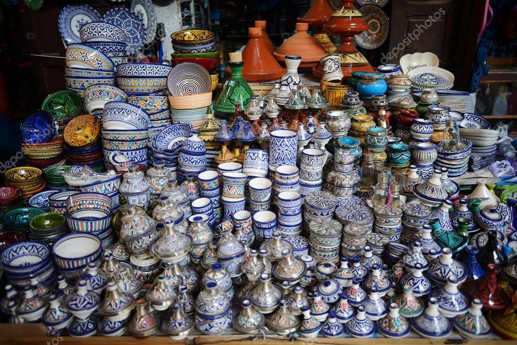 bunte fayence keramik geschirr und tajine auf dem display in marokko stockfoto alex 7370. Black Bedroom Furniture Sets. Home Design Ideas