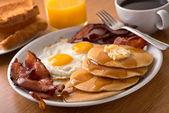 Snídaně se slaninou, vejci, palačinky a toasty