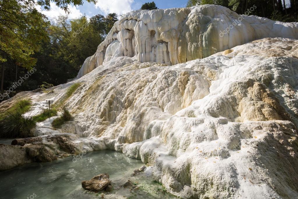 fosso bianco fontes termais em bagni san filippo — Fotografias de ...