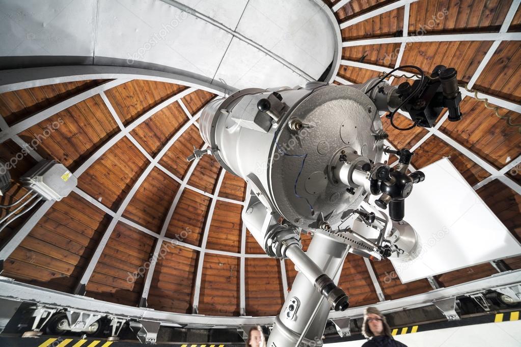 Moderne astronomie teleskop in ein astronomisches observatorium