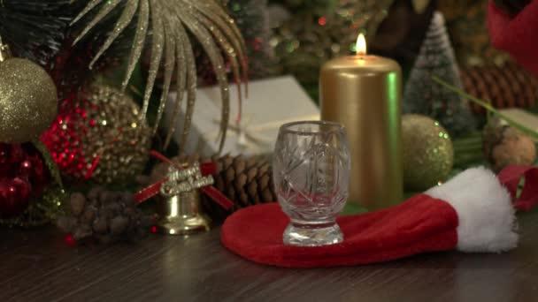 Krásné novoroční dekorace na stole, hračky a vánoční stromeček