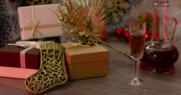 Gyönyörű szilveszteri dekorációk az asztalon