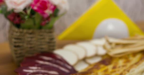 masné výrobky a sýr na kuchyňském stole