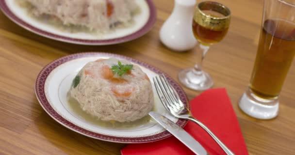 Masné výrobky na bílých talířích, přírodní jídlo. Různé lahodné potraviny na dřevěném stole.
