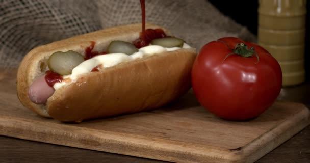 Zblízka pohled na lahodný hot dog s omáčkou