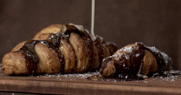 Lahodné croissanty s čokoládou na kuchyňském stole