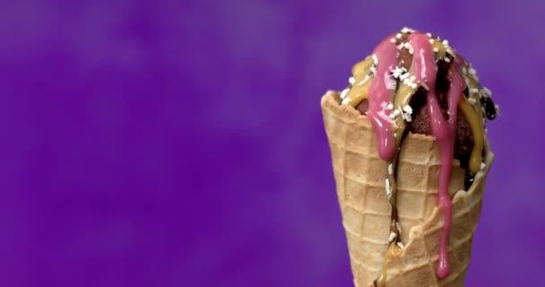 zmrzlina ve vaflovém kuželu na rozmazaném pozadí, vafle sladká zmrzlina, chutný a lahodný dezert na léto. Zpomal. 4K.