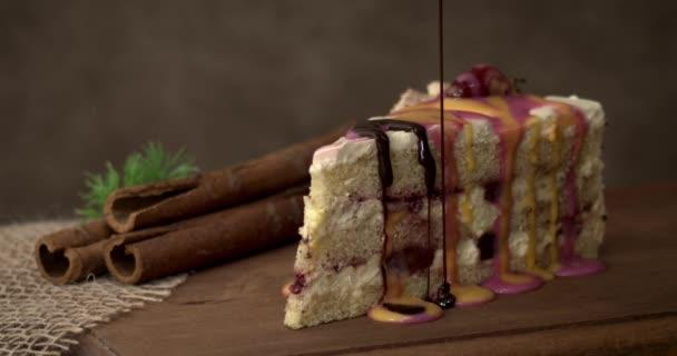 Finom édes torta eper lekvárral a konyhaasztalon