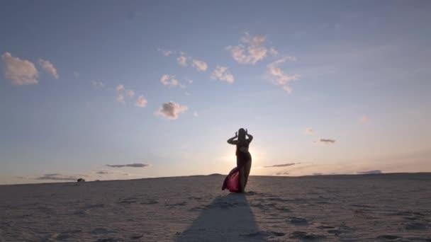 Mladá krásná žena tanec Blízký východ tanec na písku při západu slunce.