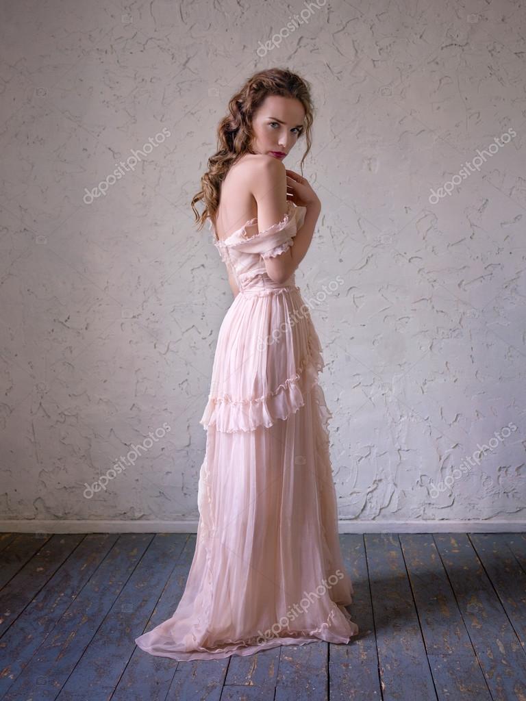fb1653da91 Moda ritratto di bella donna in un abito lungo rosa — Foto Stock ...