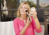 žena na make-up v přírodě