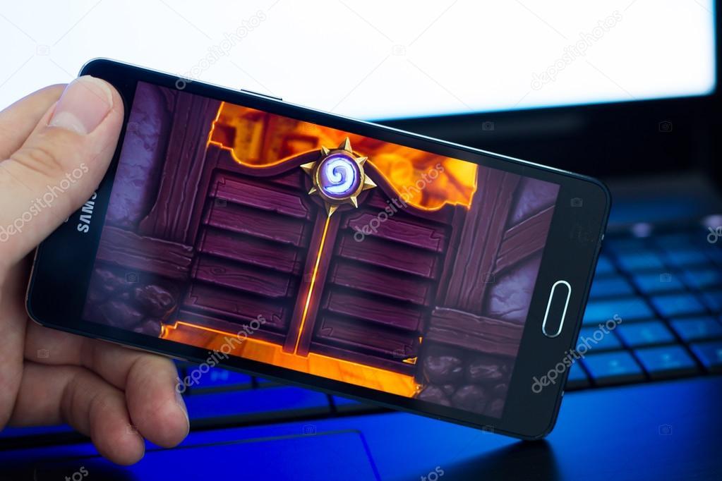 Man playing Heartstone on Samsung A5 phone.