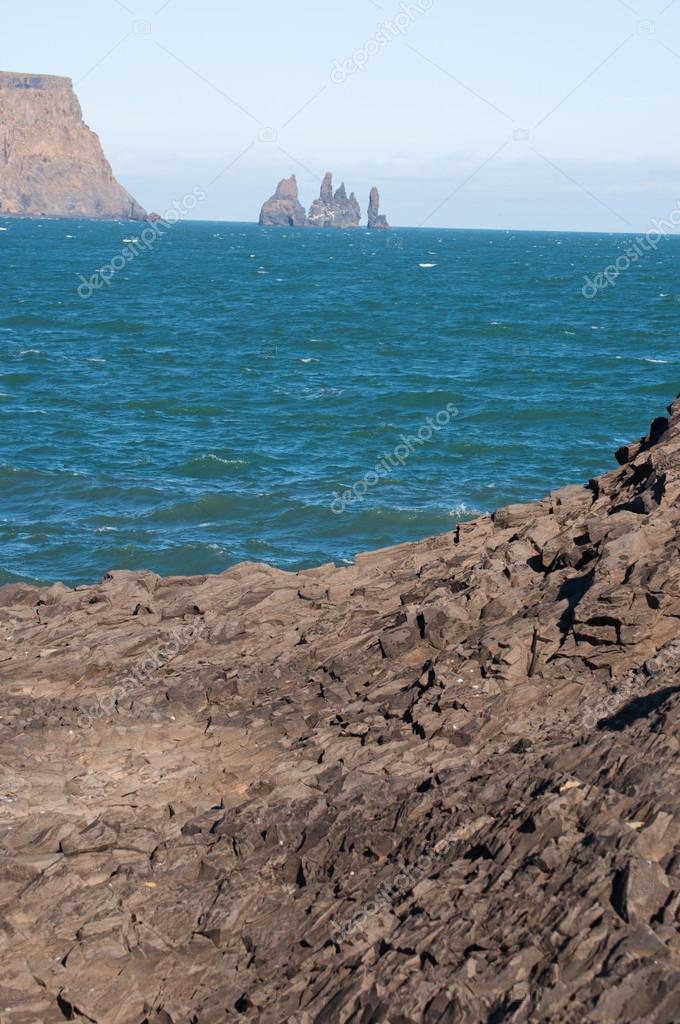 Vik i Myrdal, アイスランド, ヨーロッパ: レイニスドランガルの眺め, レイニスフィジャラ黒いビーチの山の下の玄武岩の海のスタック, 世界で最も美しい10の非熱帯のビーチの一つとして1991年にランク付け — ストック写真